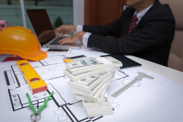 homme-corrompu-accepte-pot-vin-billets-provenant-projet-construction_38076-488